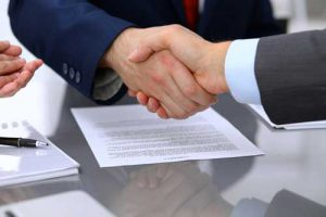 An employer shakes hands with an employee of an Employee Leasing Company.